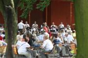 Große Besetzung des Landespolizeiorchesters Sachsen-Anhalt spielt vor wunderschöner Kulisse